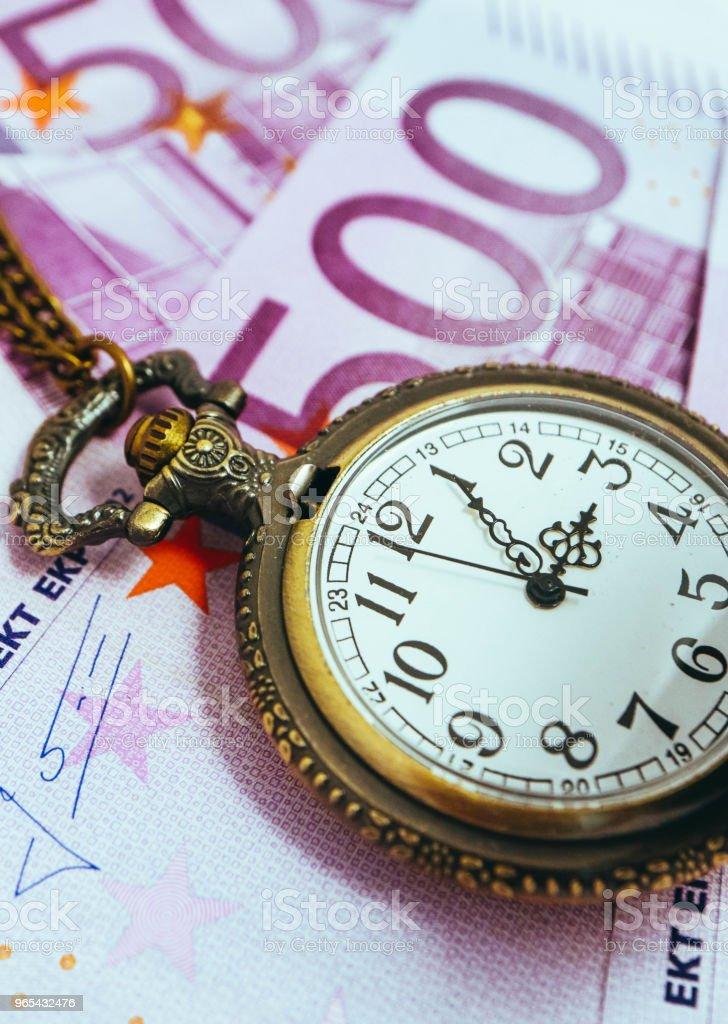 유로 은행권 돈, 매크로 보기 오래 된 포켓 시계. 시간 및 비즈니스 개념입니다. - 로열티 프리 500 유로 지폐 스톡 사진