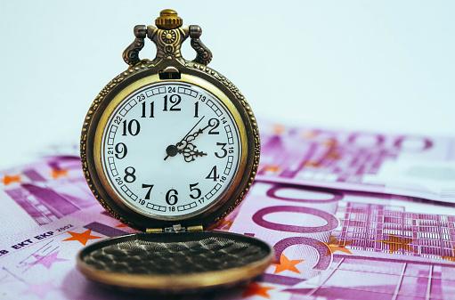 유로 은행권 돈 매크로 보기 오래 된 포켓 시계 시간 및 비즈니스 개념입니다 500 유로 지폐에 대한 스톡 사진 및 기타 이미지