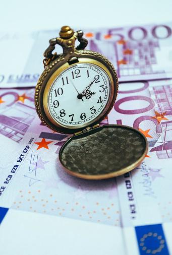舊懷錶與歐元鈔票 宏觀看法時間和經營理念 照片檔及更多 500歐羅銀紙 照片