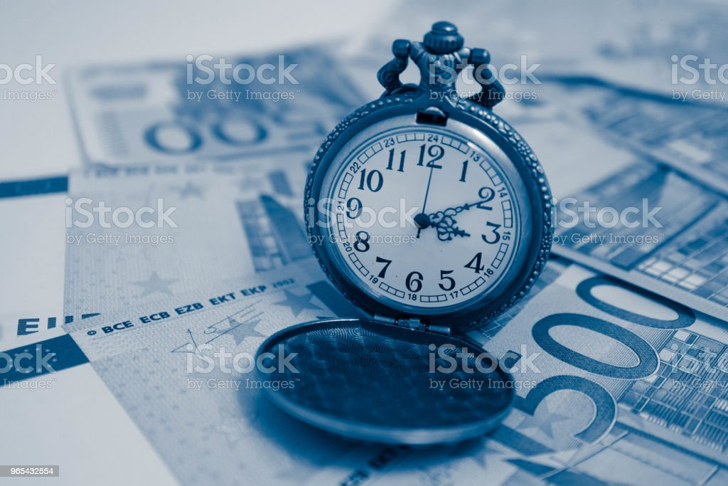 Vieille montre de poche avec l'argent des billets euro, vue macro. Notion de temps et d'affaires. - Photo de Activité bancaire libre de droits