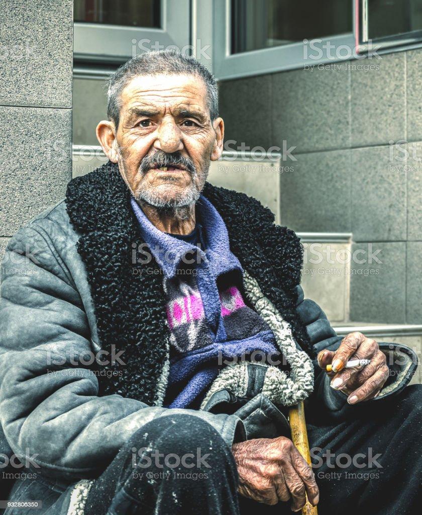 Arme Und Obdachlose Zigeuner Greis Sitzt Auf Der Treppe Auf Der ...