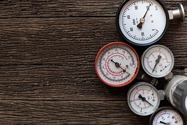 old pressure gauge on wood table - barometer bildbanksfoton och bilder