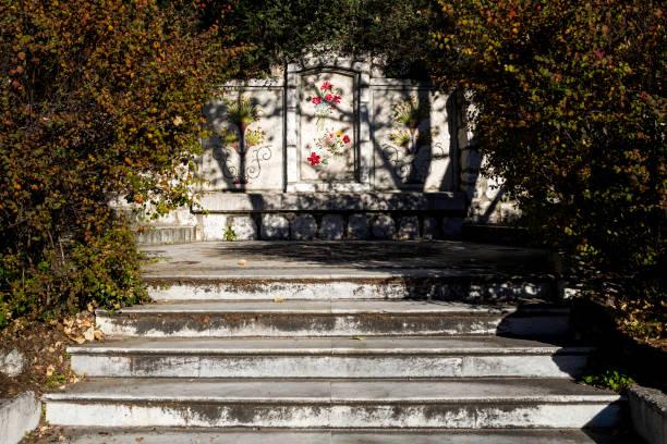 alten stadtpark mit blume wandbild - bild wandtreppe stock-fotos und bilder
