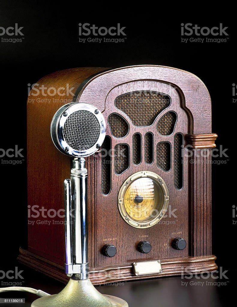 Old rádio e microfone. - foto de acervo