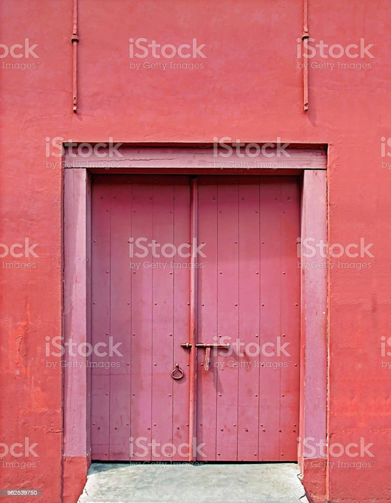 old red antique wooden door with red color concrete wall - Royalty-free Ancient Stock Photo