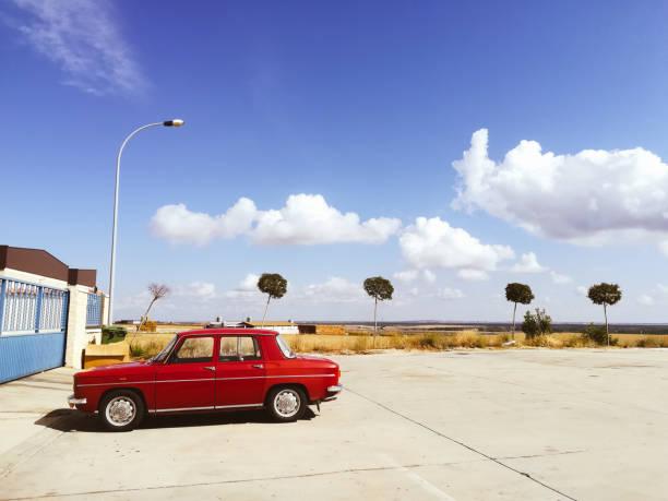 Viejo auto rojo. - foto de stock
