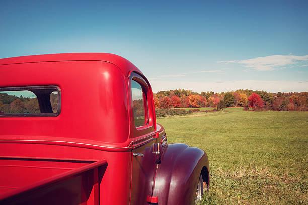 alte rot farm lastwagen gegen herbst landschaft - alte wagen stock-fotos und bilder