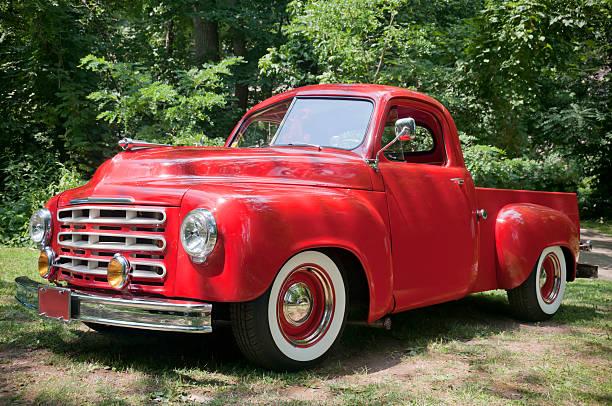 alte rot farm truck - alte wagen stock-fotos und bilder