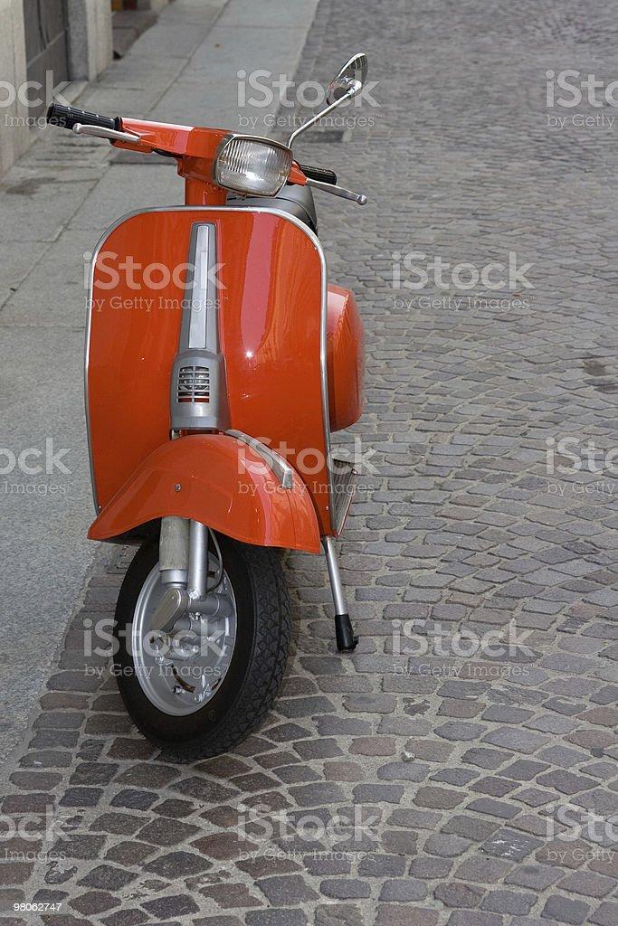 오래된 붉은 이탈리어어 스쿠터 주차됨 도시 거리 royalty-free 스톡 사진