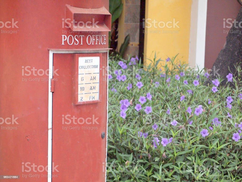 gammal röd postbox - Royaltyfri Brevlåda Bildbanksbilder