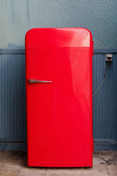 alter roter kühlschrank - geschlossene küchen stock-fotos und bilder
