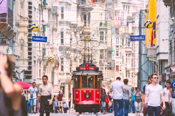 gammal röd spårvagn i taksim, beyolu, istanbul, turkiet. - istiklal avenue bildbanksfoton och bilder