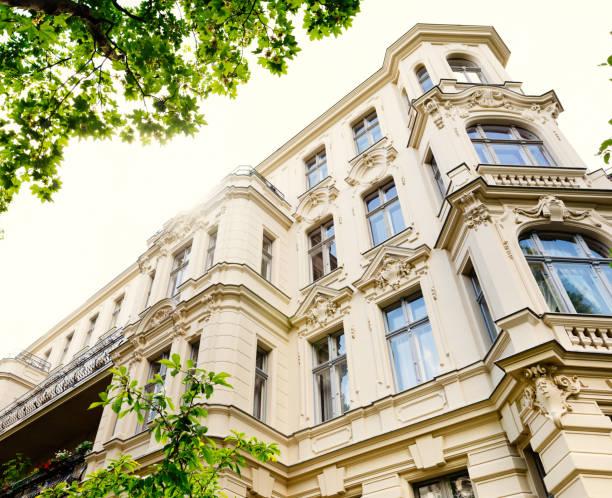 altes renoviertes stadthaus - altbauten stock-fotos und bilder