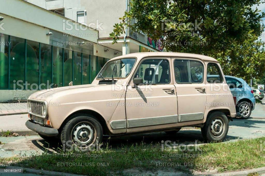 Photo Libre De Droit De Vieille Voiture Classique Retro De La Renault 4 Garee Dans La Rue Dans La Ville Banque D Images Et Plus D Images Libres De Droit De Antique Istock