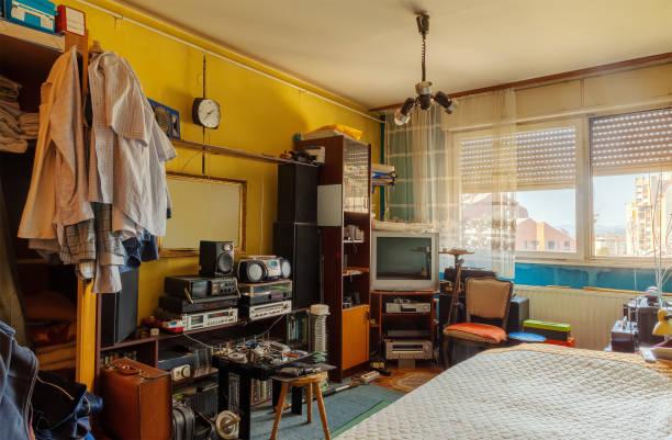 old retro room - desarrumação imagens e fotografias de stock