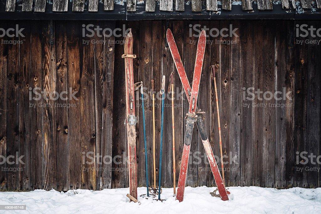 Alte retro styled Skier bleiben im Schnee auf hölzernen Wand – Foto