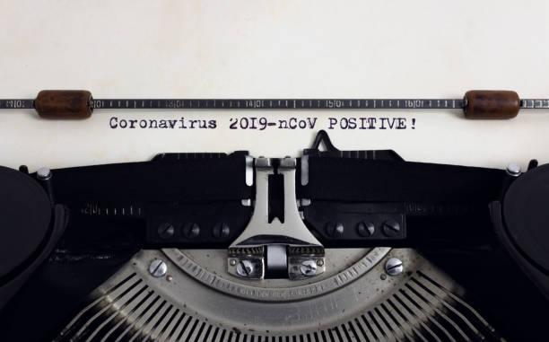 stara retro vintage maszyna do pisania z wpisanym nagłówkiem coronavirus 2019-ncov positive - covid testing zdjęcia i obrazy z banku zdjęć