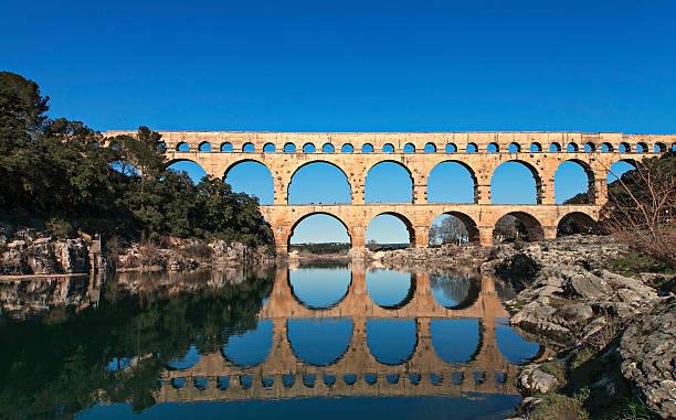 old roman brige - pont du gard stockfoto's en -beelden