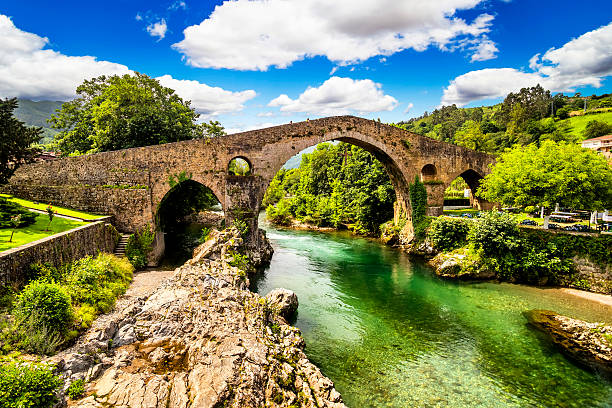 Antiguo puente de piedra romano en Cangas de onís (Asturias), España - foto de stock