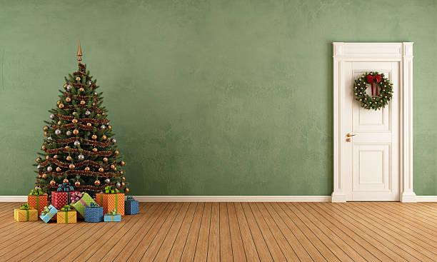 altes zimmer mit weihnachtsbaum - deko hauseingang weihnachten stock-fotos und bilder