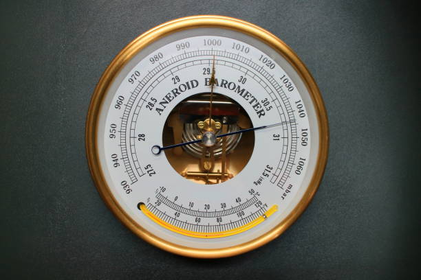 gammal rund barometermätare isolerad över svart bakgrund - barometer bildbanksfoton och bilder