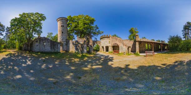vieja ruina en un parque (panorama de 360 grados hdri) - 360 fotografías e imágenes de stock