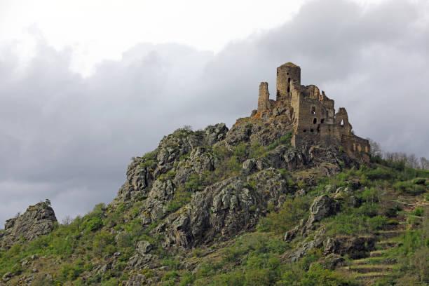"""vieille ruine du château """"leotoing"""" en france - chaine des puys photos et images de collection"""