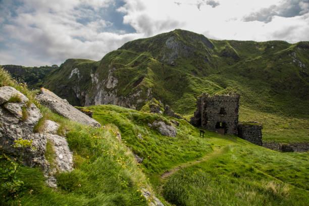 vieille ruine sur la côte - irlande photos et images de collection