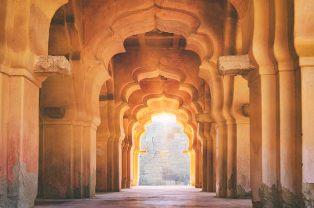 old ruined arch of lotus mahal in hampi, india - induismo foto e immagini stock