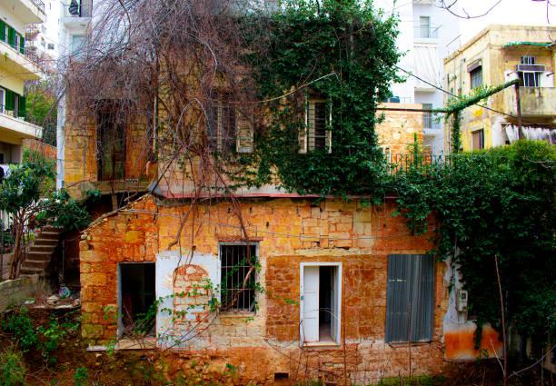 vieille maison en ruine dans le centre-ville de beyrouth - gemmayze photos et images de collection