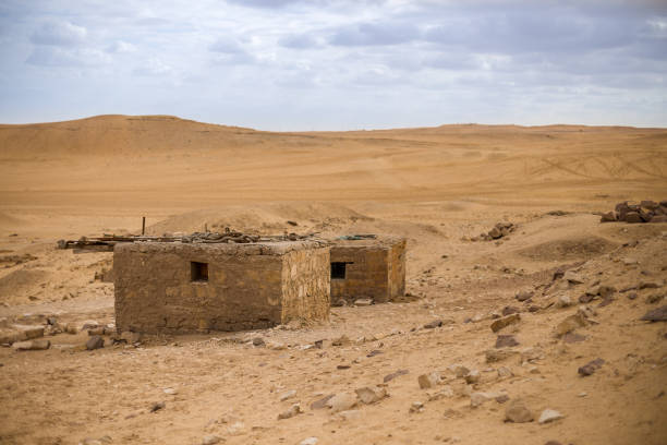 Oude verwoeste huis in de woestijn, Egypte foto