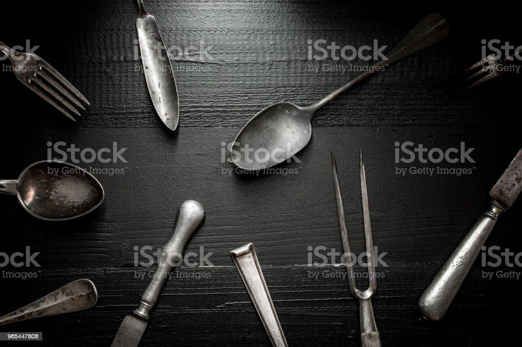 Ancienne coutellerie rustique sur fond en bois sombre. Cuisine et Concept alimentaire. - Photo de Acier libre de droits