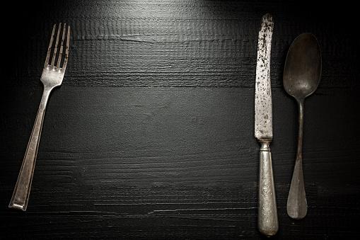 어두운 나무 배경에 오래 된 소박한 칼 붙 이입니다 부엌과 식품 개념입니다 강철에 대한 스톡 사진 및 기타 이미지