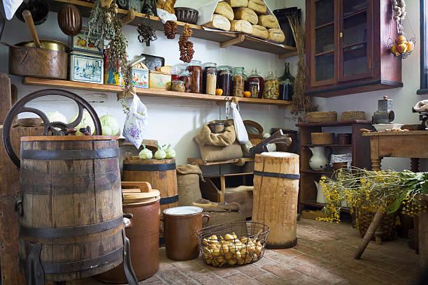 alte, rustikale küche innenansicht - rustikale mode stock-fotos und bilder