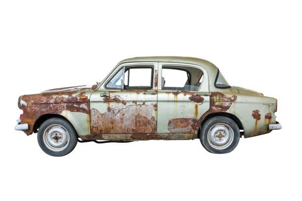 oude roestige oldtimer geïsoleerd op een witte achtergrond. oude roestige oude auto geïsoleerd - slechte staat stockfoto's en -beelden