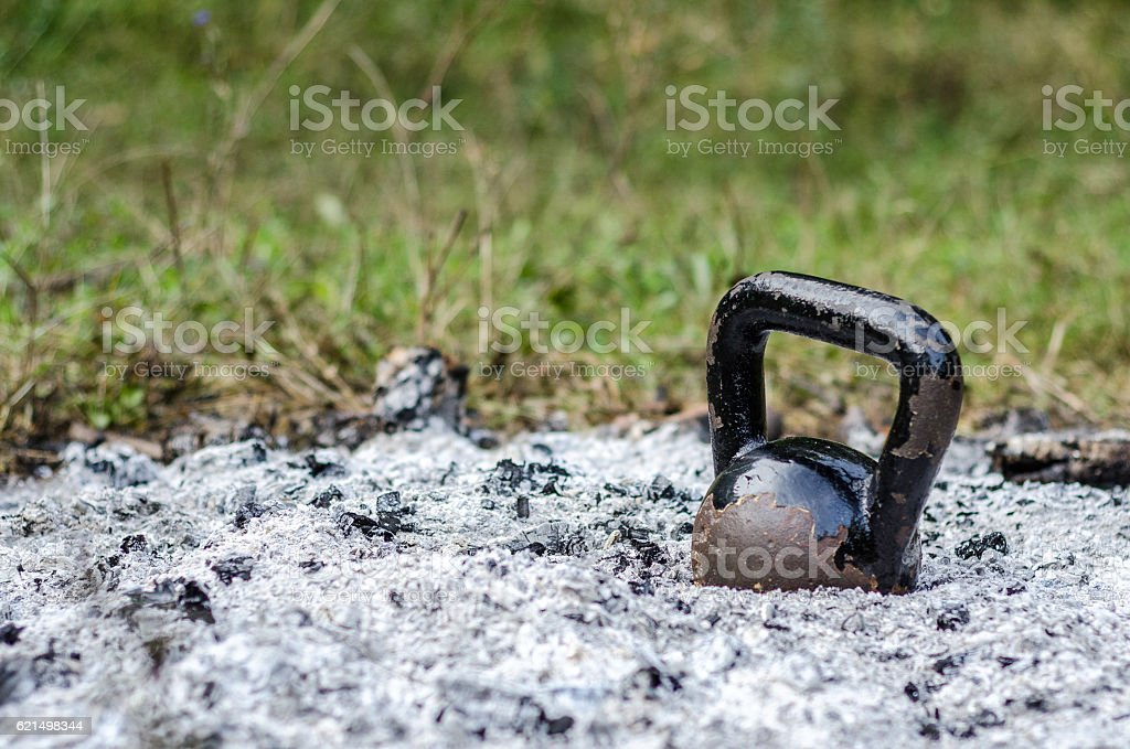 Old rusty Kettle Bell in the ashes Lizenzfreies stock-foto