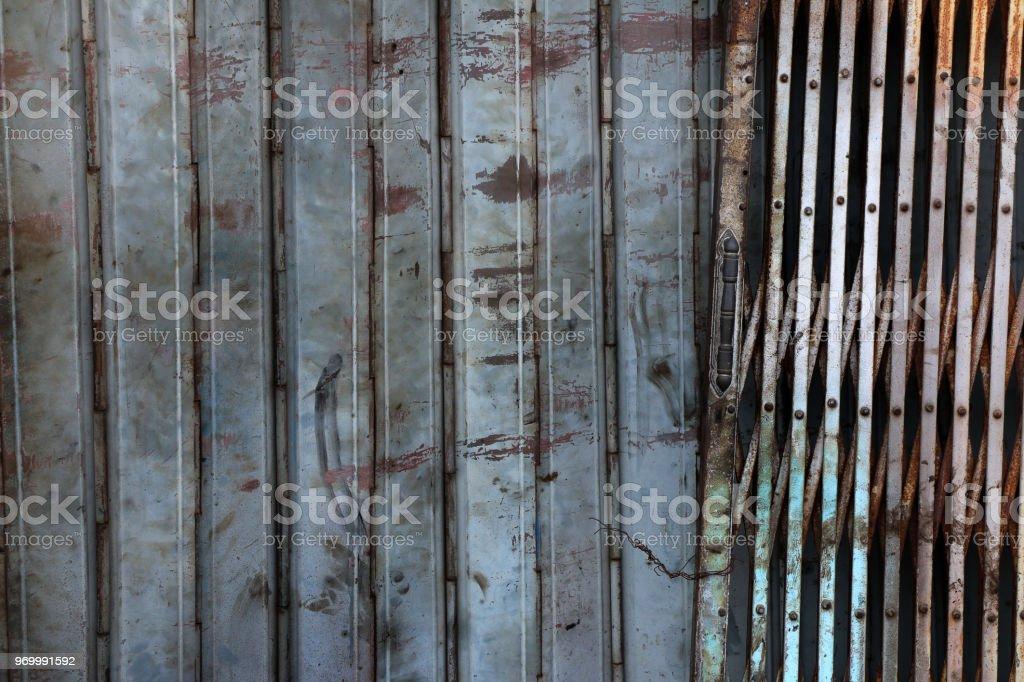 alten rostigen stahl verschluss schiebetur grunge metall textur hintergrund lizenzfreies stock foto