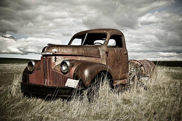 alte rostige truck - alte wagen stock-fotos und bilder