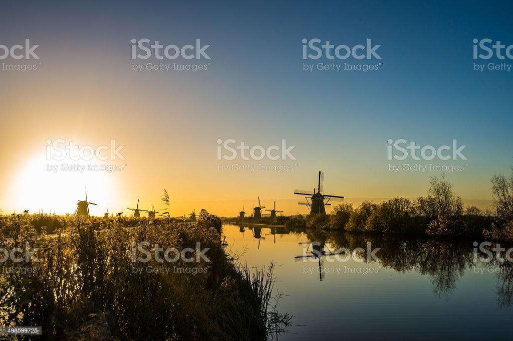 Old school vento mills em Amsterdã - foto de acervo