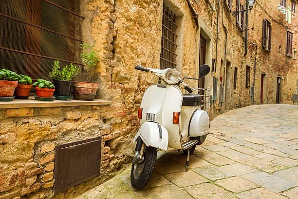 vecchio scooter sulla strada in italia - milan fiorentina foto e immagini stock