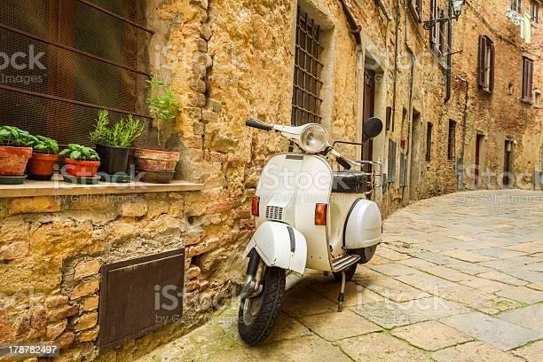 Vecchio Scooter Sulla Strada In Italia - Fotografie stock e altre immagini di 1950-1959