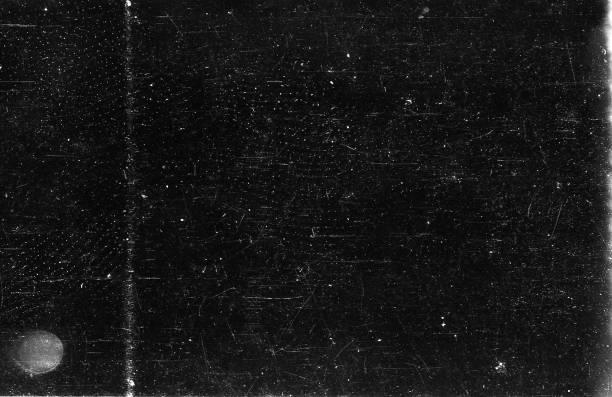 alter 35mm film strip grunge texturen hintergrund zerkratzt - spule stock-fotos und bilder