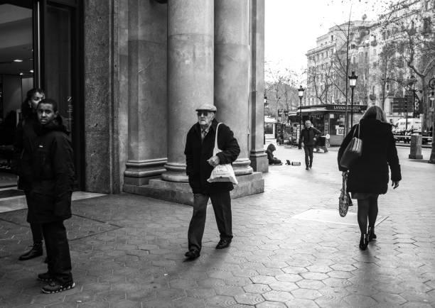 Alte Senioren zu Fuß auf der Straße von Barcelona. – Foto