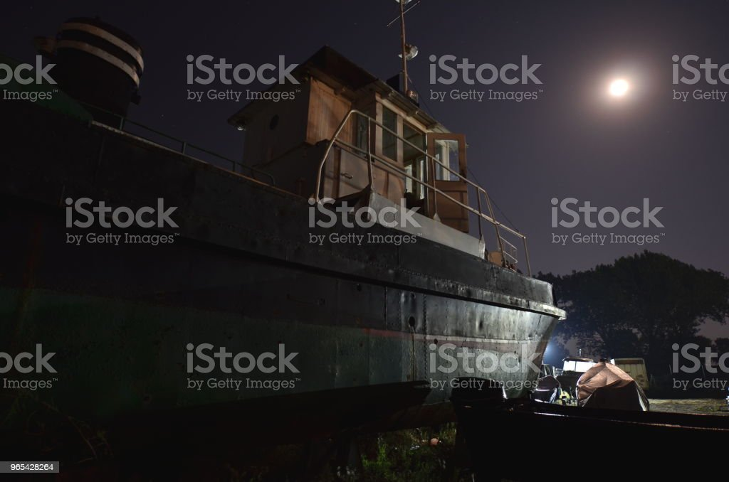 Vieux bateau clair de lune - Photo de Bassin de radoub libre de droits