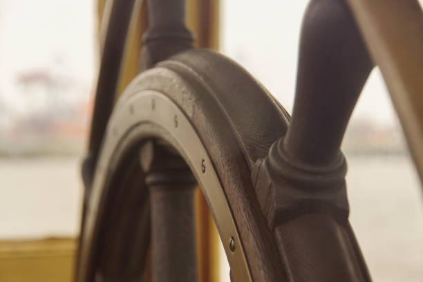 old ship wheel - ster fragment pojazdu zdjęcia i obrazy z banku zdjęć