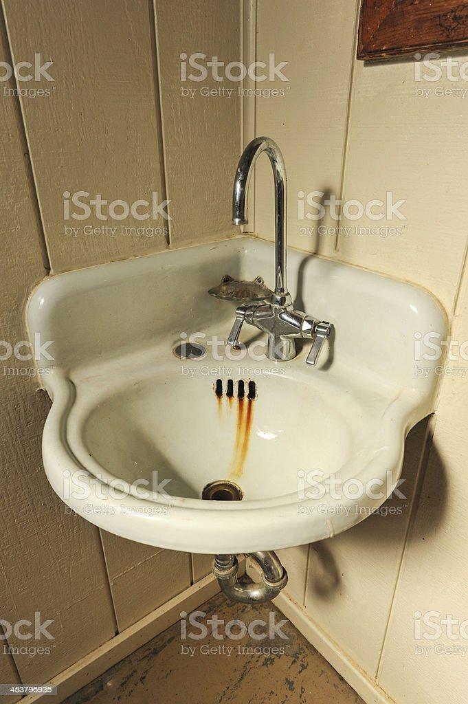 Lassen Sie sich mit alten rostigen basin in der Ecke – Foto