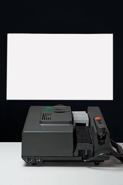 Vieux projecteur de diapositives que les projets sur le mur - Photo