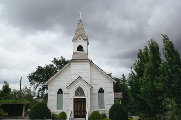 eski küçük kilise - kilise stok fotoğraflar ve resimler