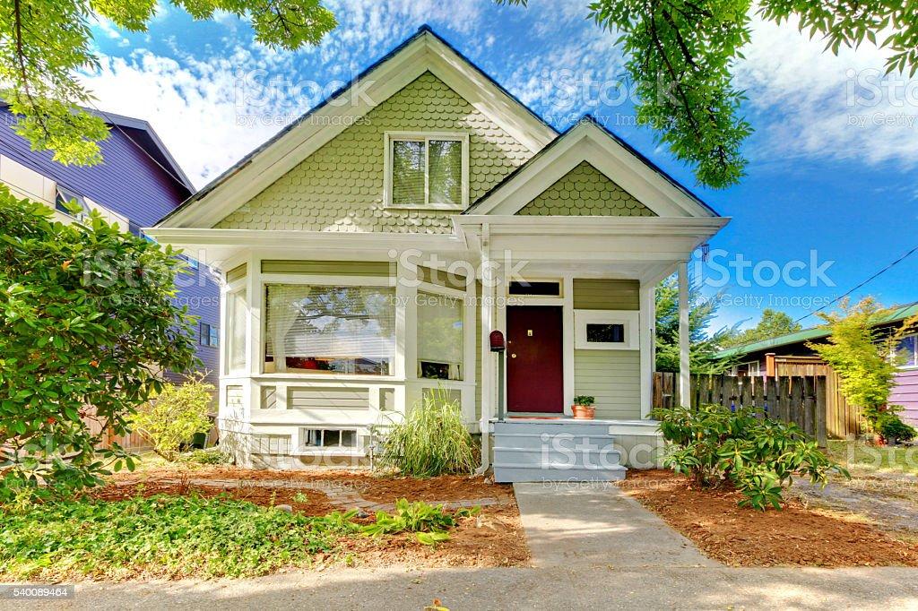 Ancien Petite Maison Avec Porche Vert  Photos Et Plus DImages De