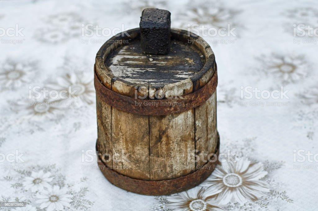 Antigo barril de madeira desfocada para óleo combustível - Foto de stock de Alcatrão royalty-free
